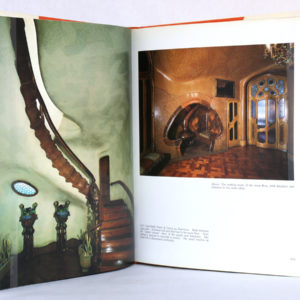 Gaudi the Visionary, Robert DESCHARNES et Clovis PRÉVOST. Dorset Press, 1989. Pages intérieures 3.