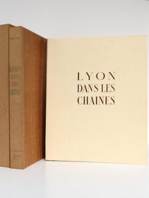 Lyon dans les chaînes, Pierre SCIZE. Illustrations de Julien PAVIL. B. Arnaud Éditeur, 1945. Couverture, étui et chemise.
