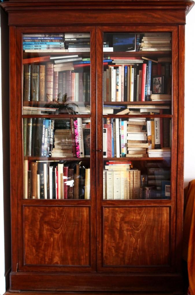 Une des bibliothèques de la librairie Zooka's Books.