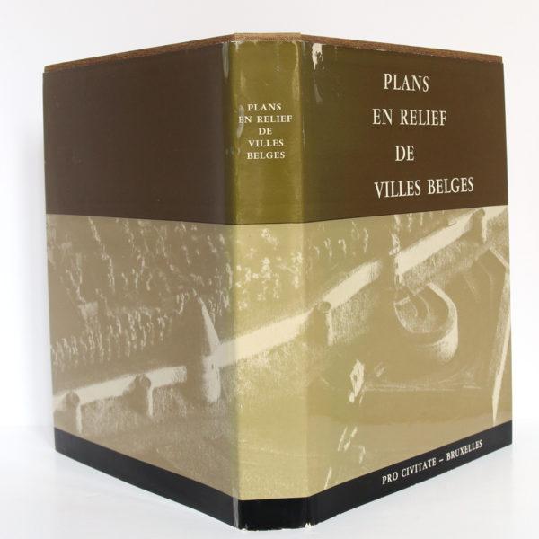 Plans en relief des villes belges. Pro Civitate, 1965. Jaquette : dos et plats.
