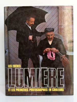 Les frères Lumière et les premières photographies en couleurs. André Barret Éditeur, 1989. Couverture.
