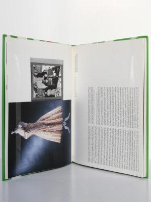Madame Carven Grand couturier. Catalogue de l'exposition au musée de la mode de la ville de Paris en 2002. Pages intérieures.